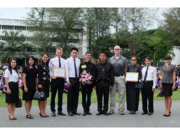 ข่าวประชาสัมพันธ์ : ผู้อำนวยการโรงเรียนสามอบช่อดอกไม้แสดงความยินดีครูชาวต่างชาติ